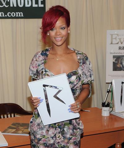 Rihanna Sort Un Livre Trace Fm Guyana